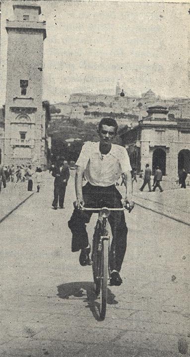 Mario Zeduri in bicicletta nel centro di Bergamo