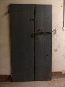 La fotografia del 2015 documenta l'ingresoo di una delle celle che si trovavano nei sotteranei di Casa del Littorio