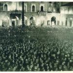L'annuncio. Bergamo, Piazza Dante, 2 ottobre 1935. Foto A. Terzi