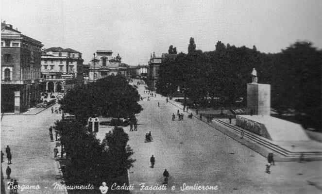 In una cartolina postale il monumento alla Rivoluzione fascista, iniziato nel 1937 e completato nel 1939, oggi non più esistente
