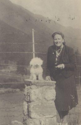 Katy Gregis, con il suo cagnolino, fotografata a Schilpario alla fine degli anni Quaranta